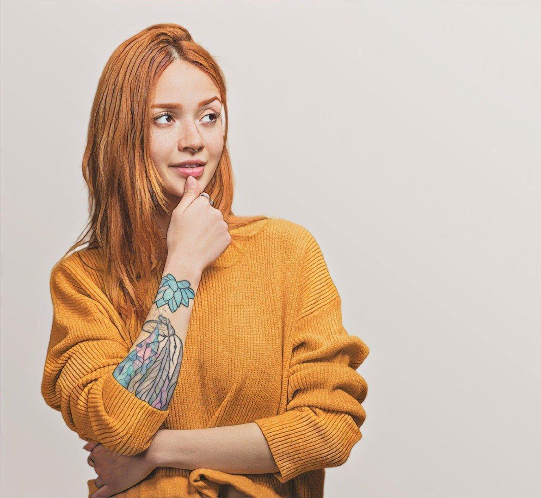 Фото девушки, которая решается на анестезию перед татуировкой
