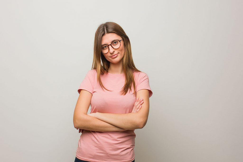 девушка в очках на сером фоне