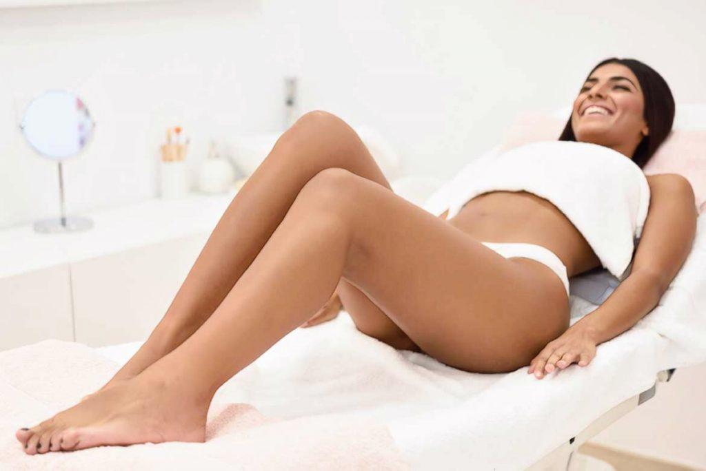 девушка ждет процедуру депиляции ног