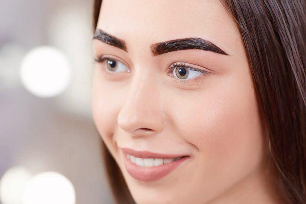 пигмент для перманентного макияжа на бровях девушки