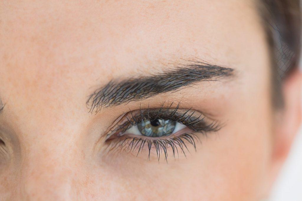 фото глаза крупным планом перед процедурой мезотерапии
